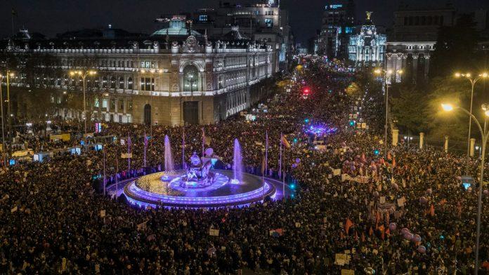 En la imagen, huelga feminista (M en 2018 a su paso por la Plaza de Cibeles.